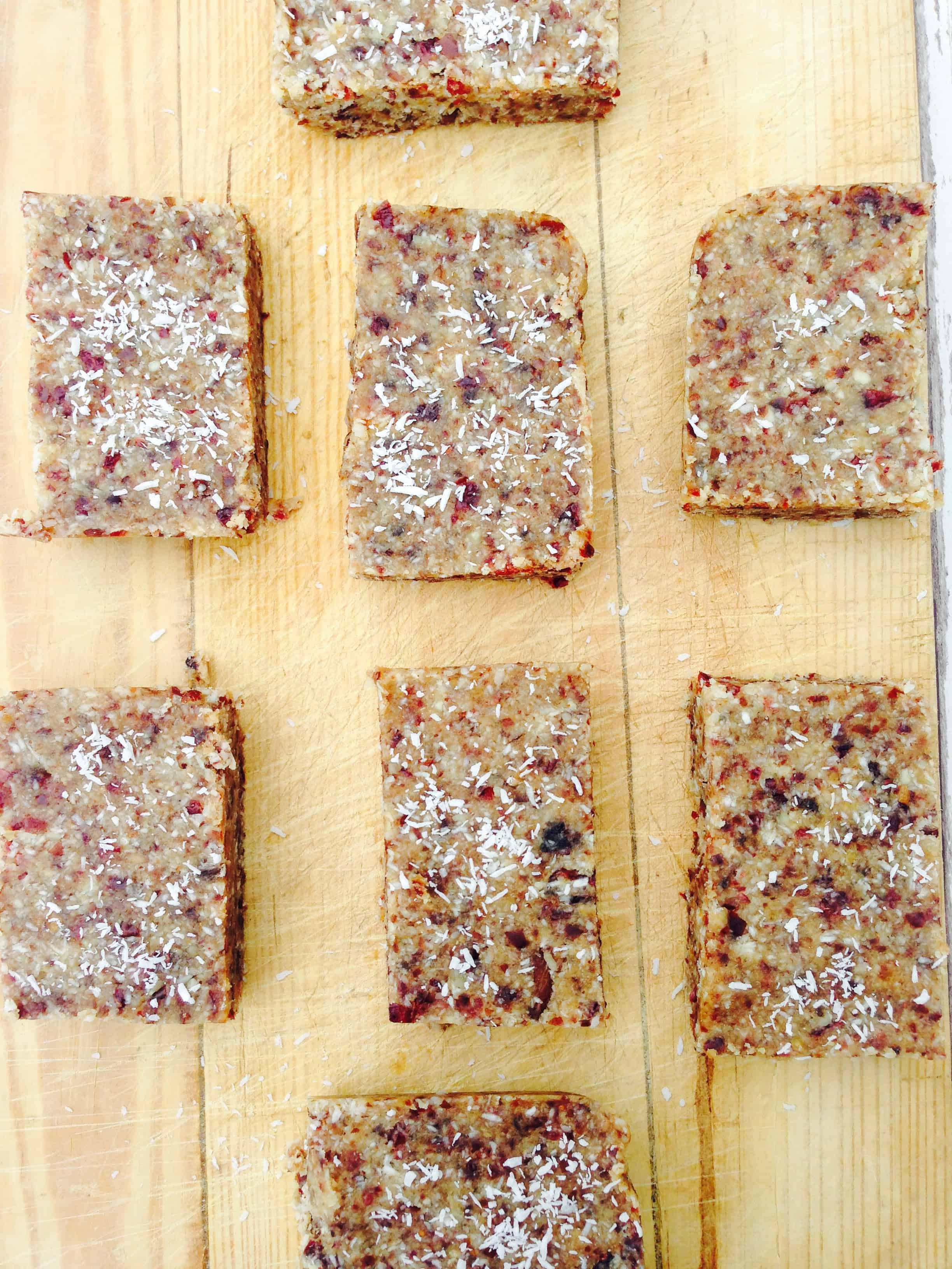 Simple and clean granola bars recipe made with four ingredients and a good blender/food processor. No baking, no fuss, no dairy, no gluten, no added sugar, just simple, wholesome ingredients. #vegan #vegetarian #healthygranola #dairyfree #easyrecipes