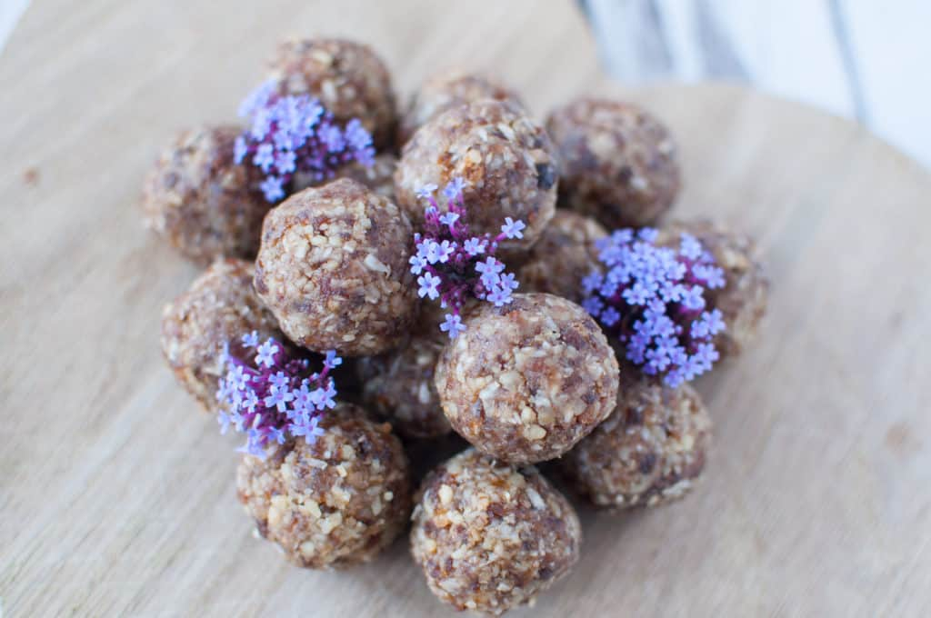 Clean eating apricot energy balls recipe made with 4 ingredients. No added sugar, dairy and gluten free, these energy balls will keep you energised all day!