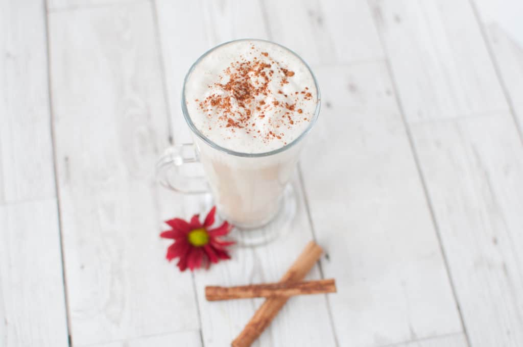 Clean eating pumpkin spice latte recipe perfect for cosy nights in. Healthy, simple, quick and so much cheaper than in your local coffee shop #dairyfree #vegan #glutenfree #pumpkinspice