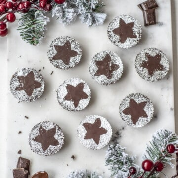 These healthy chocolate mince pies are the perfect mince pie alternative for everyone who doesn't like pastry. They're delicious, festive and easy to make #veganrecipes #cleanrecipes #cheaphealthyrecipes #veggiechristmas #veganchristmas