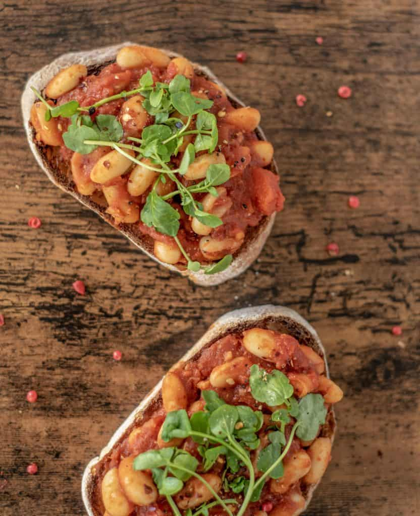 Healthy smoky baked beans recipe full of flavour flavour, protein, and fiber. Ready in 15 minutess while easy and just as good as the usual tinned version #healthyeatingrecipes #cleaneating #healthyeating #vegetarian #veganrecipes #cleanrecipes #healthyrecipes
