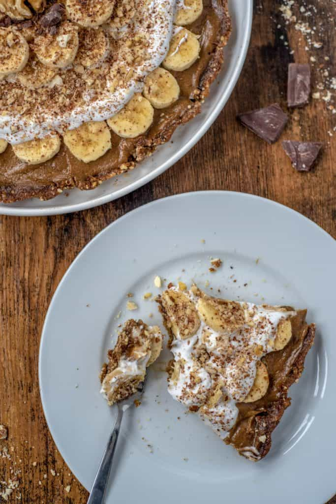 Healthy Banoffee pie recipe is light and a great dairy-free spin on the traditional recipe full of wholesome ingredients. Vegan and gluten-free too. #cleaneating #veganrecipes #healthyrecipes #cleaneatingvegetarian #cleanvegan #glutenfree #dairyfree #healthybanoffee #easyrecipes