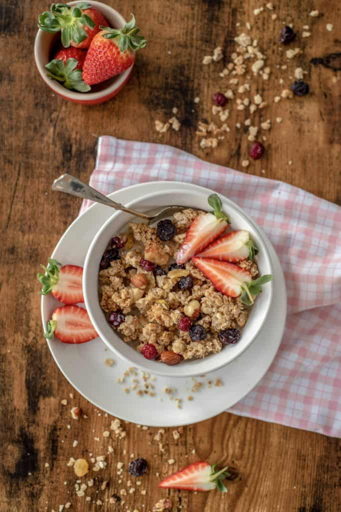 Easy healthy homemade granola full of good-for-you ingredients incl. oats, nuts & berries. This is your healthy breakfast or snack anytime of the day! #healthyrecipes #glutenfreerecipes #veganfood #homemadegranola #healthygranola #cleaneating #cleanrecipes #cleanvegan #cleanvegetarian