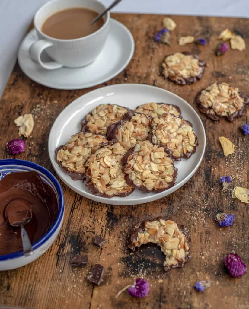 Healthy almond florentines perfect for those who want to make healthier treats in a few easy steps with only 3 ingredients! Vegan & Gluten Free. #healthyrecipes #veganrecipes #glutenfreerecipes #easyrecipes #florentines #cleaneating #cleanrecipes