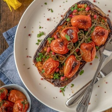 This easy stuffed butternut squash is big on flavour, but easy on effort and time. Vegan, gluten-free and ready to be on the table in 45 minutes #veganrecipes #healthyrecipes #easydinnerideas #healthycooking #cleaneating #cleanrecipes #cleanevegan #cleanvegetarian