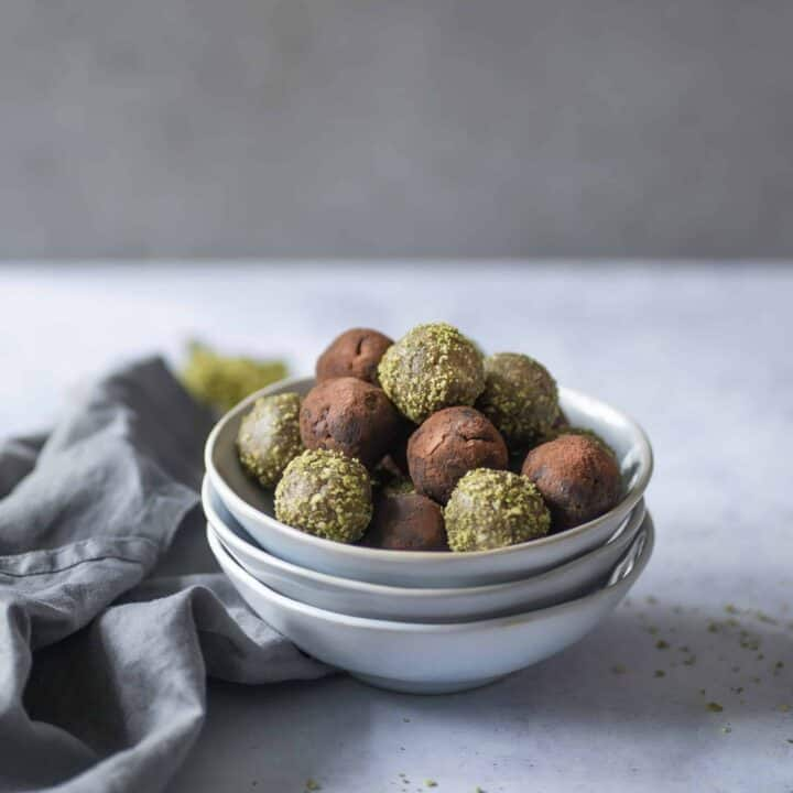 This Sports Energy Balls recipe is the perfect snack before or after run, gym or when sweets cravings hit. No-bake, gluten-free, vegan & paleo-friendly too! #healthysnacks #veganrecipes #cleaneating #cleanrecipes #energyballs #energybites