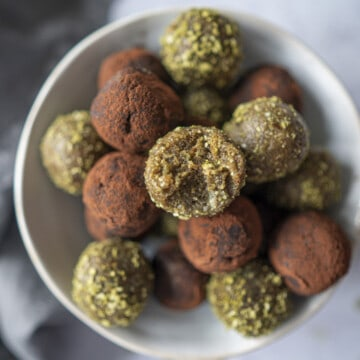 This Sports Energy Balls recipe is the perfect snack before or after run, gym or when sweets cravings hit. No-bake, gluten-free, vegan & paleo-friendly too!