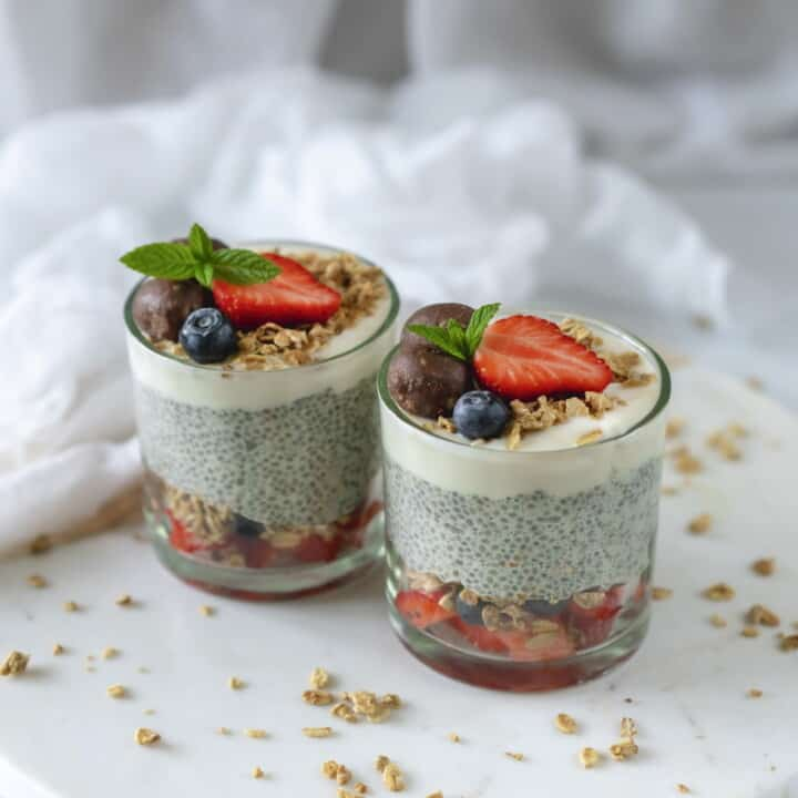 Easy chia pudding recipe made with 5 ingredients. Then add your favourite toppings to make the best healthy snack or even breakfast. Vegan & Gluten-Free #vegandessert #cleaneating #healthyfood #healthyrecipes #easymeals #easydesserts