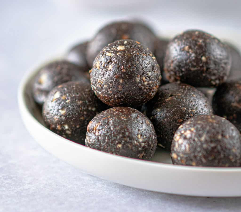 Healthy chocolate brownie balls packed with goodness and full of rich chocolate flavour. Only 5 ingredients and a good blender required #chocolaterecipes #veganrecipes #veganrecipe #plantbasedtreats #healthyeating #energyballs #blissballs #cleaneatingrecipe #cleaneating