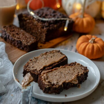 This chocolate pumpkin bread recipe is so easy to make, naturally gluten-free, vegan and full of rich chocolate flavours!