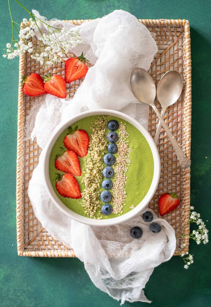 Delicious easy green smoothie recipe that you can enjoy all year around. Packed with nutrients, it's naturally vegan and gluten-free too!