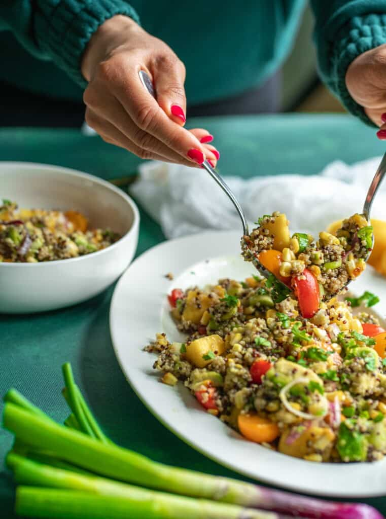 Grilled Corn Quinoa Salad recipe which comes together in just 30 minutes! It's filling, fresh and packed with delicious flavours and textures. It tastes even better the next day, so make a double batch.