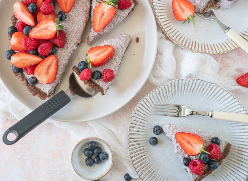 This delightful chia pudding cake is a no-bake, light and fresh dessert, with just enough sweetness!It is naturally vegan and completely gluten-free.