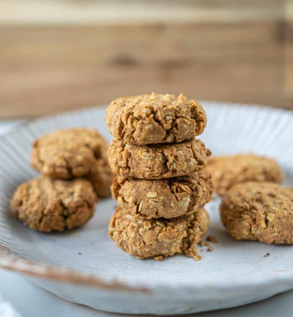 These Oat Peanut Butter Cookies are the perfect healthy recipe for a grab-n-go breakfast.These are naturally vegan, gluten-free and made with only 2 tablespoons of maple syrup.